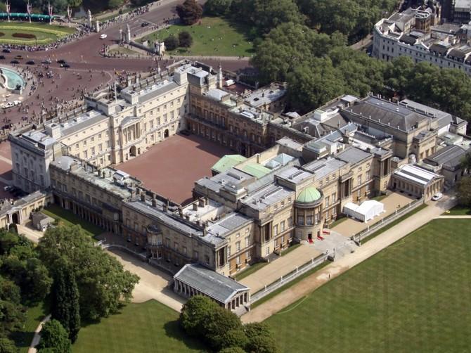 Mặc dù cô ấy là kỹ thuật không phải là nhà lãnh đạo của đất nước, Nữ hoàng Elizabeth II nằm trong Buckingham Palace, London, đã được nhà để chế độ quân chủ Anh kể từ năm 1837.
