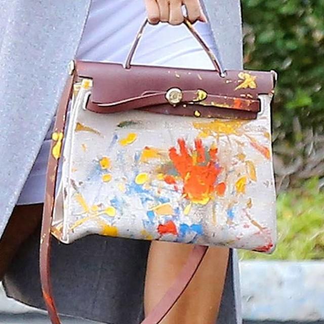 Kim Kardashian với chiếc túi Kelly được sơn vẽ. CREDIT: REX