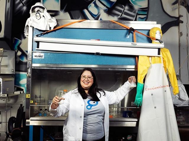 """Maria Chavez thuộc nhóm làm phô mai Real Vegan gọi công nghệ sinh học tự chủ là """"một khả năng mở rộng tự nhiên của văn hóa máy tính""""."""