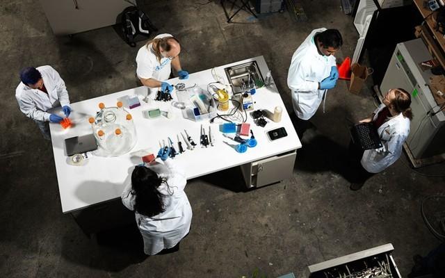 Bên trong phòng thí nghiệm Counter Culture, không gian dành cho các nghiên cứu phản sinh học ở Oakland, California, nơi các nhà khoa học đang làm thay đổi DNA.
