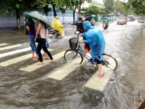 Dân Đà Nẵng lội bì bõm giữa thành phố đáng sống nhất Việt Nam - ảnh 7