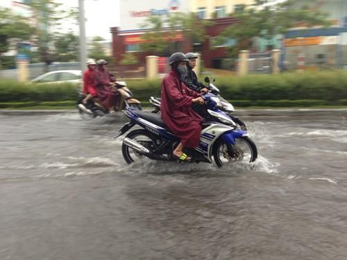 Dân Đà Nẵng lội bì bõm giữa thành phố đáng sống nhất Việt Nam - ảnh 4