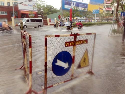 Dân Đà Nẵng lội bì bõm giữa thành phố đáng sống nhất Việt Nam - ảnh 5