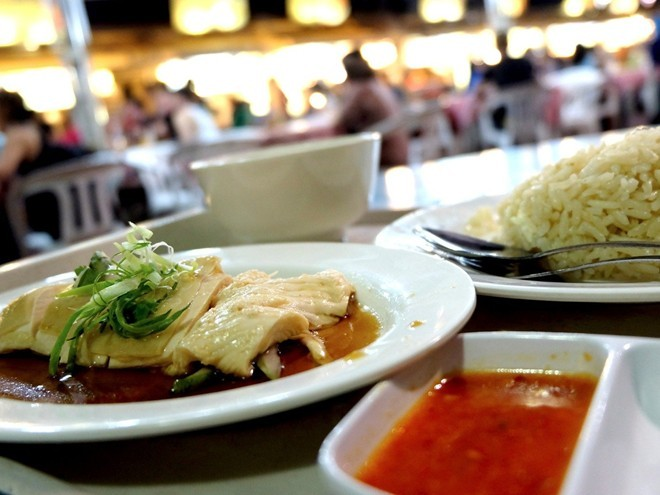Đồ ăn ngon tuyệt: Ẩm thực là một trong những yếu tố khiến Singapore trở thành điểm đến nổi tiếng. Các món ăn đường phố rất rẻ và ngon. Ngoài ra, bạn còn có thể thưởng thức ẩm thực của các quốc gia khác tại các nhà hàng cao cấp.