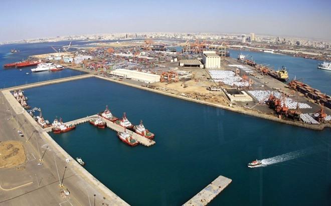 Ả-rập Xê-út Giá xăng: 0,16 USD/lít (tương ứng 3.568 đồng) Thu nhập bình quân đầu người (2014): 24.161 USD Quốc gia Trung Đông này có trữ lượng dầu thô khoảng 268,4 tỷ thùng và là nước sản xuất dầu lớn nhất thế giới. Lượng dầu khai thác cũng mang lại nguồn thu chủ yếu cho Ả-rập Xê-út, với 75% ngân sách và 90% tổng giá trị xuất khẩu. Để người dân được hưởng lợi ích từ giá nhiên liệu thấp, riêng trong năm 2015, số tiền mà Chính phủ Ả-rập Xê-út dự chi để trợ giá cho người dùng lên tới 52 tỷ USD. Tuy nhiên, việc giá dầu thế giới trong tháng 8-9/2015 lần đầu xuống mức 40 USD trong 6 năm qua đã dấy lên những lo ngại với giới chức của Ả-rập Xê-út.