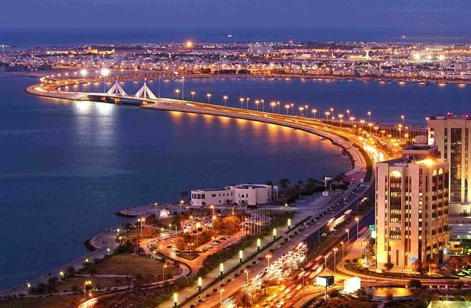 Bahrain Giá xăng: 0,28 USD/lít (tương đương 6.244 đồng) Thu nhập bình quân đầu người (2014): 24.868 USD Bahrain là nước có tốc độ phát triển kinh tế cao nhất trong thế giới Ả-rập và đang dần trở thành một trung tâm tài chính và quyền lực. Đaqay được coi là một trong những cái nôi của văn minh Trung Á, và được mệnh danh là viên ngọc Vịnh Ba Tư Đất nước này có thu nhập bình quân đầu người khá cao,