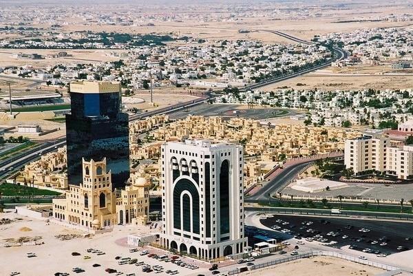 Qatar Giá xăng: 0,28 USD/lít (tương đương 6.244 đồng) Thu nhập bình quân đầu người (2014): 97.519 USD Qatar là quốc gia giàu có nhất thế giới Ả-rập. Khoảng 14% số hộ gia đình ở đây là triệu phú, với thu nhập chủ yếu đến từ dầu mỏ và các sản phẩm khí đốt. Giá nhiên liệu vốn không phải là vấn đề lớn đối với quốc gia vùng Vịnh này có GDP/đầu người cao thứ nhì thế giới, nhưng Chính phủ nước này vẫn tiếp tục trợ giá cho mặt hàng nhiên liệu.