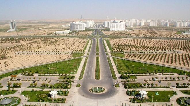 Turkmenistan Giá xăng: 0,29 USD/lít (tương đương 6.467 đồng) Thu nhập bình quân đầu người (2014): 9.032 USD Suốt 10 năm nay, những người sở hữu xe ôtô ở quốc gia Trung Á này được hưởng 120 lít xăng miễn phí mỗi tháng. Với mức hỗ trợ như vậy, thì mức giá xăng bán lẻ 0.19 USD/lít ở Turkmenistan gần như trở nên vô nghĩa với những người có ôtô. Chính phủ nước này đã cam kết trợ giá cho một loạt sản phẩm xăng dầu ít nhất đến năm 2030. Tuy nhiên, trữ lượng dầu mỏ của Turkmenistan rất thấp, còn Tổng thống đương nhiệm đã sắp hết nhiệm kỳ, nên không rõ Chính phủ có thể thực hiện được lời hứa này đến cùng hay không.