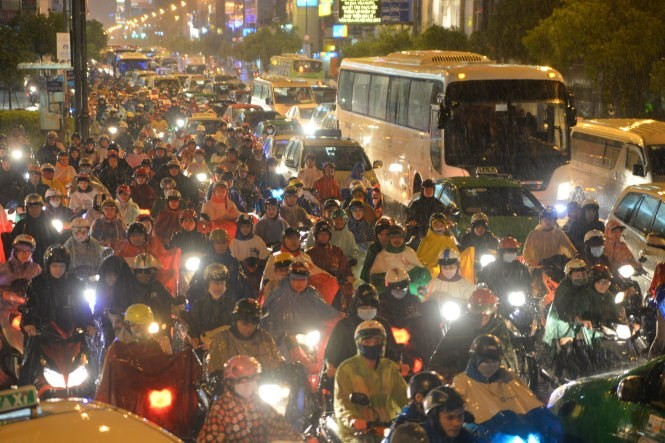 Mưa lớn gây kẹt xe trước cửa ngõ sân bay Tân Sơn Nhất (ảnh chụp tại giao lộ Hoàng Vân Thụ, Nguyễn Văn Trỗi chiều tối 23-10) - Ảnh: Hữu Khoa