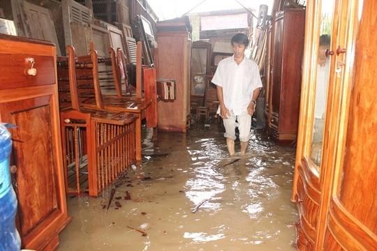 Nhà anh Cao Đình Tân kinh doanh đồ gỗ bị nước ngập hư hại