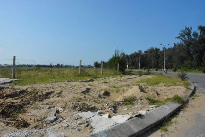 Dọc trục đường chạy ven biển của thị xã Cửa Lò, nhiều dự án chỉ có hàng rào vây quanh, cỏ mọc um tùm - Ảnh: Hồ Văn