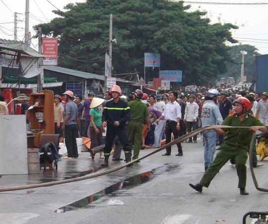 Lực lượng cứu hộ khẩn trương dập lửa - Ảnh: V. Hùng