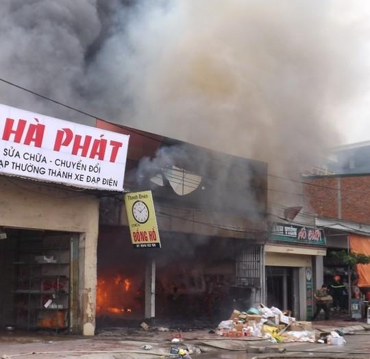 Mặc dù lực lượng chức năng huy động nhiều phương tiện dập lửa, nhưng đám cháy vẫn bùng phát - Ảnh: V. Hùng