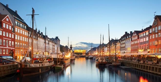 3. Đan Mạch: Với chính phủ tuyệt vời, hệ thống giáo dục hàng đầu và chỉ số xã hội-kinh tế cao, Đan Mạch đã lên vị trí số 3, tăng một hạng so với năm 2014. Nếu không vì chỉ số y tế tương đối thấp (thứ 16), quốc gia này có thể đã đứng đầu bảng. Ảnh: Aarp.