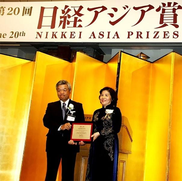 """Bà Mai Kiều Liên - Chủ tịch Hội đồng quản trị kiêm Tổng giám đốc Vinamilk là người Việt Nam duy nhất đoạt giải trong lĩnh vực """"Kinh tế và đổi mới doanh nghiệp"""" của Giải thưởng Nikkei châu Á"""