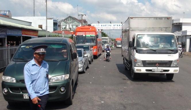 Một nhân viên cho xe không thuộc diện ưu tiên qua làn ưu tiên để xuống phà sớm đã bị đình chỉ công tác ngày 13-11 - Ảnh: Đức Vịnh