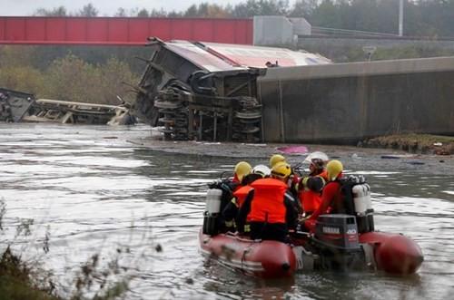 Tàu cao tốc Pháp trật đường ray, 42 người thương vong - ảnh 1