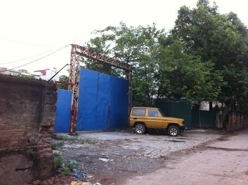 Cổng vào khóa kín, làm chỗ đỗ xe cho xe tải, xe taxi của những hộ dân xung quanh