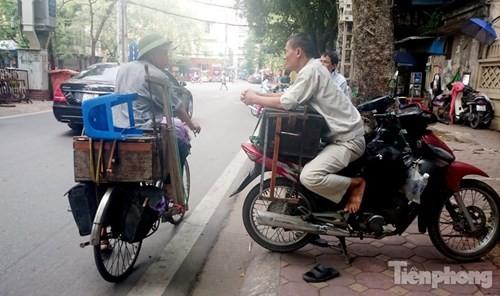 Những 'ám hiệu' trong kinh doanh ở vỉa hè Hà Nội - ảnh 11