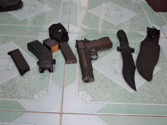Súng bắn bi, súng điện, dao tìm thấy trong phòng ngủ của Nam beo