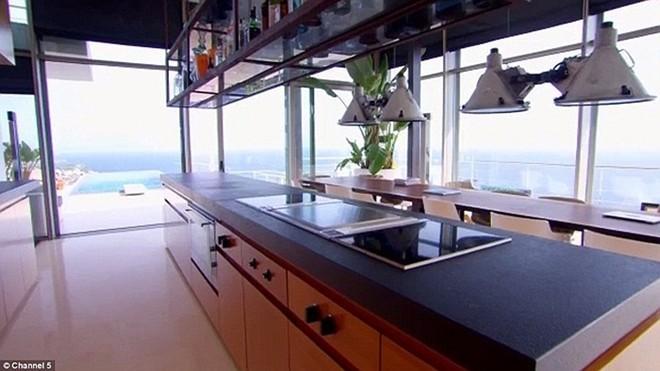 Bếp và phòng ăn thiết kế theo hướng mở ra bể bơi vô cực ngay bên ngoài.