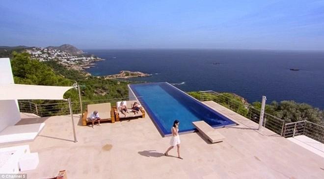 Sân thượng thoáng đãng với tầm nhìn ra bờ biển Địa Trung Hải.