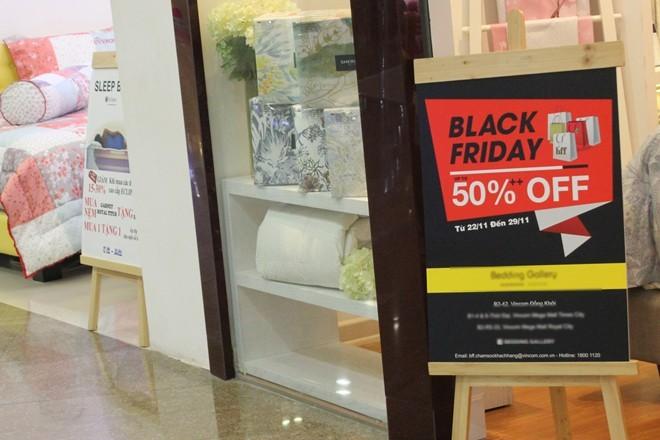 Dù treo bảng giảm giá 50% cho sự kiện ngày Black Friday , nhưng cửa hàng chỉ giảm các sản phẩm có giá trị nhỏ cho có lệ.