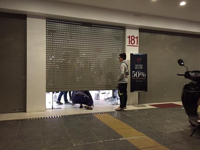 Mức giảm giá 50% cộng với marketing online tốt khiến nhiều người lao vào mua sắm khiến nhân viên phải đóng cửa sếp. Ảnh: Khánh Linh