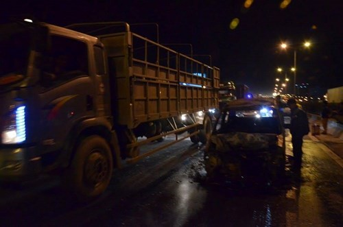 Ô tô đang chạy bất ngờ cháy trơ khung giữa cầu Thanh Trì - ảnh 1