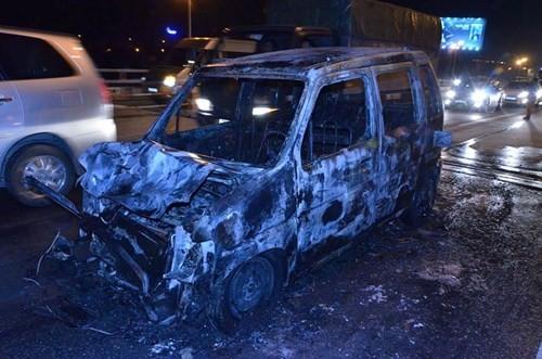 Ô tô đang chạy bất ngờ cháy trơ khung giữa cầu Thanh Trì - ảnh 3