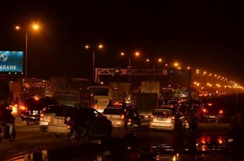 Ô tô đang chạy bất ngờ cháy trơ khung giữa cầu Thanh Trì - ảnh 6