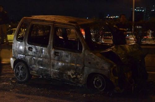 Ô tô đang chạy bất ngờ cháy trơ khung giữa cầu Thanh Trì - ảnh 2