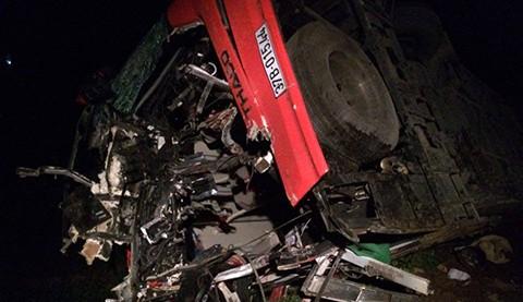 Phần đầu của chiếc xe khách bị hư hỏng nặng sau cú va chạm cực mạnh