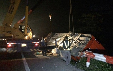 Đến khoảng 1 giờ 15 phút sáng, lực lượng cứu hộ đã đưa được thi thể hai nạn nhân xấu số ra ngoài. Công tác cứu hộ cẩu hai chiếc xe gặp nạn được tiến hành ngay sau đó.
