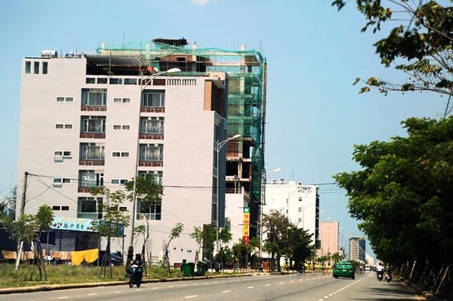 Sau khi mua đất, người Trung Quốc đã xây khách sạn, tòa nhà cao tầng.