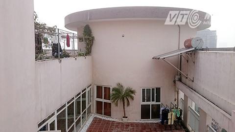 Do không nằm trong thiết kế nên người dân sống trong những căn hộ trên gác thượng này phải đi thang máy lên tầng 19 sau đó đi thang bộ lên tầng 20 để vào nhà.
