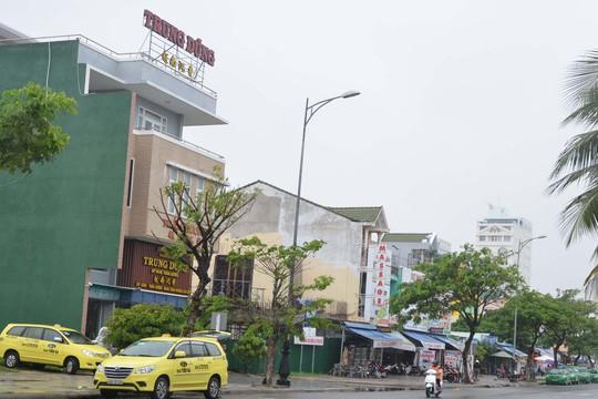 Ven biển Đà Nẵng, gần khu vực sân bay Nước Mặn đầy rẫy những nàh hàng do người Trung Quốc làm chủ