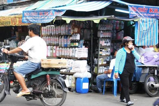"""Hóa chất, hương liệu tạo mùi thực phẩm được bày bán tràn lan ở chợ Kim Biên, trong đó có """"cà phê siêu đặc""""."""
