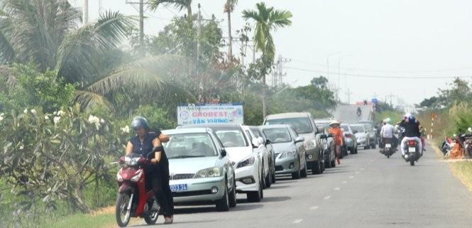 """Người dân ấp Trà Vôn A """"mãn nhãn"""" với nhiều xe công trong ngày nghỉ - Ảnh: C.Quốc"""