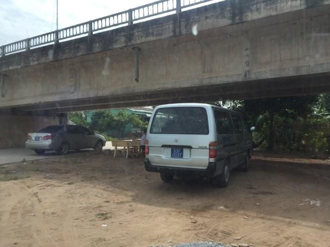 Một số xe công đậu dưới gầm cầu Vĩnh Tân cách nơi tổ chức đám giỗ khoảng 100m - Ảnh: Chí Quốc.