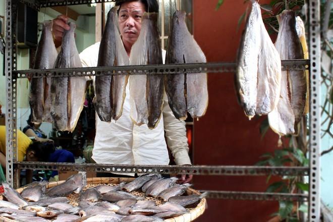 Gần Tết, khô ngoại giá cao ngập chợ Sài Gòn