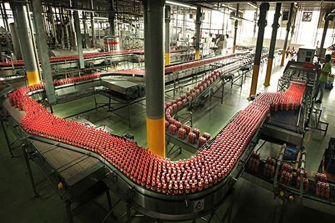 Nhiều facebooker uy tín cho biết dây chuyền sản xuất của Coca Cola cũng tương tự như Tân Hiệp Phát. Ảnh: VTCNews.