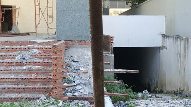 Hiện trạng công trình đang thi công dang dở phần hạ tầng, đường dẫn xuống hầm để xe.