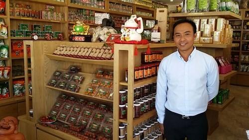 Phan Tuấn Linh trong quầy đặc sản ngay khu vườn dâu của mình