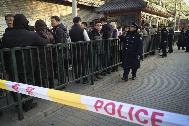 Người dân xếp hàng khiếu nại bị lừa đảo tín dụng trực tuyến bởi Ezubo tại Bắc Kinh.