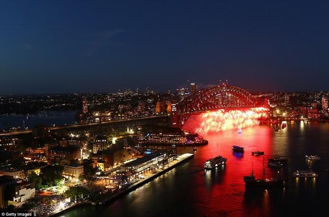 Pháo hoa thắp sáng lên Cầu Cảng Sydney trong một Welcome to Country lễ vào đêm giao thừa năm mới về Sydney Harbour