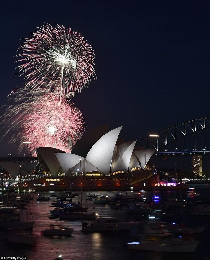 Pháo hoa đêm giao thừa của năm mới thắp sáng Harbour Bridge mang tính biểu tượng của Sydney và Nhà hát lớn trong pháo hoa truyền thống gia đình đầu cho thấy tổ chức trước khi sự kiện chính vào nửa đêm ngày 31 tháng 12