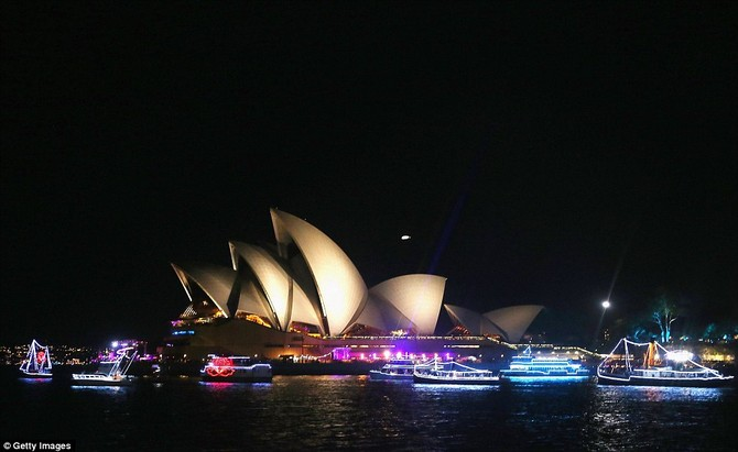 \ Thuyền được nhìn thấy lần chiếu sáng trước một bối cảnh Nhà hát lớn vào đêm giao thừa năm mới về Sydney Harbour vào ngày 01 tháng 1 2016