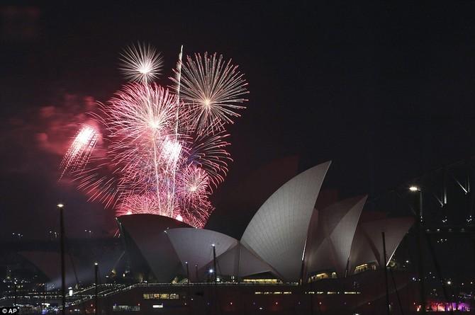 Thành phố được chiếu sáng long lanh trong 20 phút bắn pháo hoa ngoạn mục ngay trên Sydney, với màn hình hiển thị trung tâm trên cầu Harbour