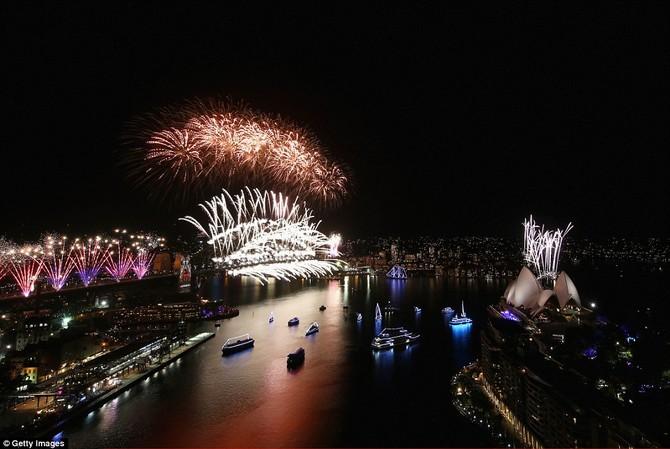 Sydney còn lại trong sự sợ hãi như một màn hình đáng kinh ngạc của các vụ nổ màu chiếu sáng thành phố, đánh dấu sự kết thúc của năm 2015 và chào đón năm mới